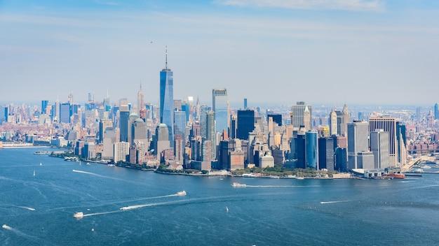 Вид с воздуха на горизонт финансового района манхэттена, нью-йорк.