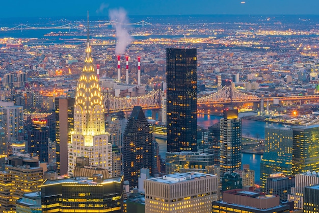 미국 뉴욕시 일몰 시 맨해튼 스카이라인의 공중 전망