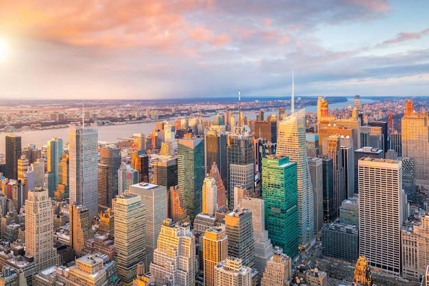 Аэрофотоснимок горизонта манхэттена на закате, нью-йорк в соединенных штатах