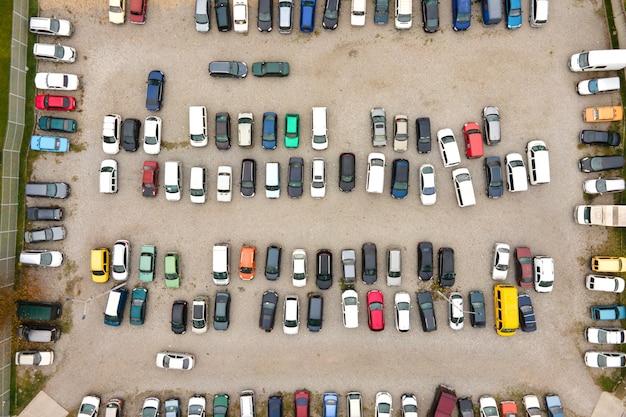 公共駐車場に駐車されている多くのカラフルな車の空撮。