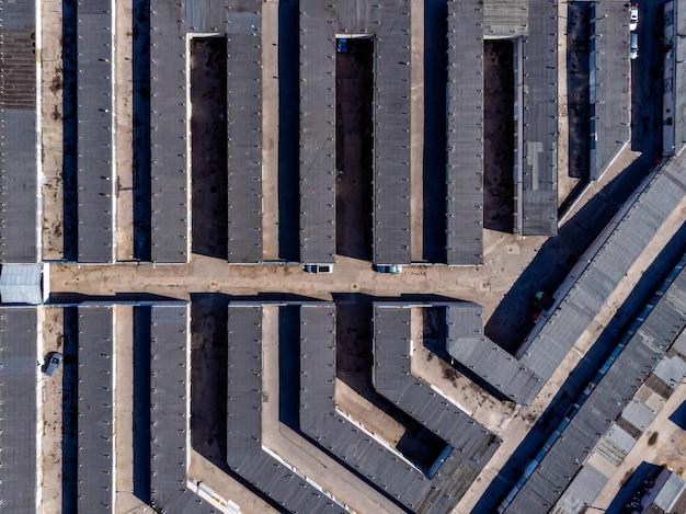 Аэрофотоснимок многих бетонных гаражей для парковки