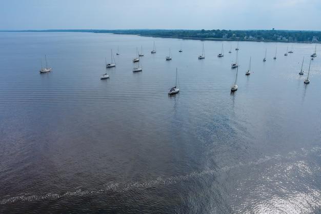 アメリカの港の夏の多くのヨットボートの空撮