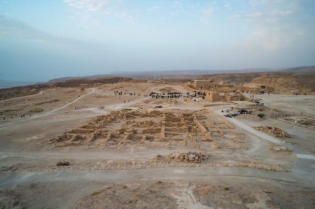기동 중인 이스라엘군 병사들과 함께 이스라엘 마사다의 공중 전망. 군인들이 방문한 마사다 요새. 마사다 요새화 및 전쟁 게임.