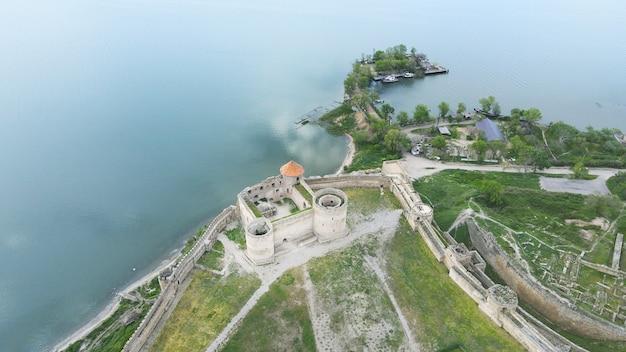 Аэрофотоснимок скалистого побережья средневековой крепости на берегу моря аккерманская крепость, украина, европа