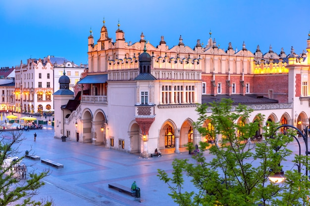 夜、ポーランド、クラクフの旧市街にある布会館のある中世の中央市場広場の空撮