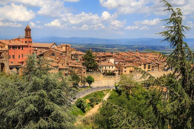 화창한 여름날 투스카니 이탈리아의 중세 도시 몬테풀치아노의 공중 전망