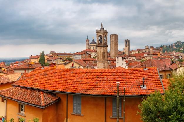 Вид с воздуха на средневековый верхний город бергамо в ломбардии, италия