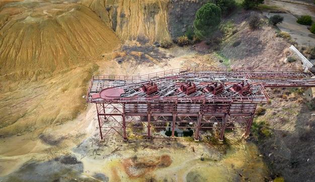 Вид с воздуха на хвосты горных выработок в старой ржавой технике