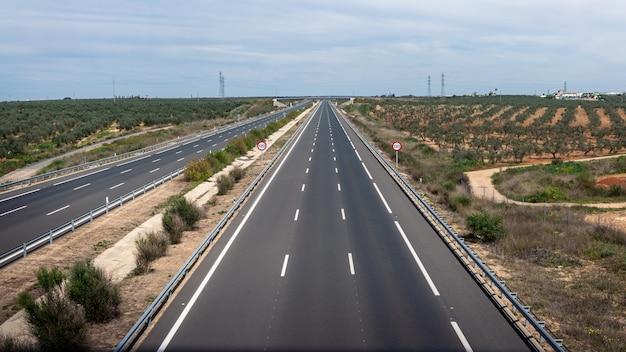 街の外の田園風景に現代の高速道路道路の航空写真双方向アスファルト道路