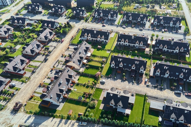 ヨーロッパの都市の近代的な住宅街の航空写真