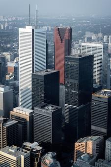 Вид с воздуха на современные небоскребы и офисные здания в финансовом районе торонто