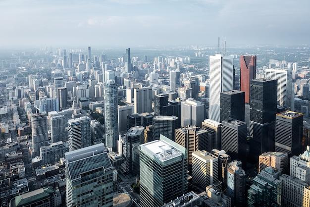 カナダ、オンタリオ州、トロントの金融街にある近代的な高層ビルとオフィスビルの航空写真。
