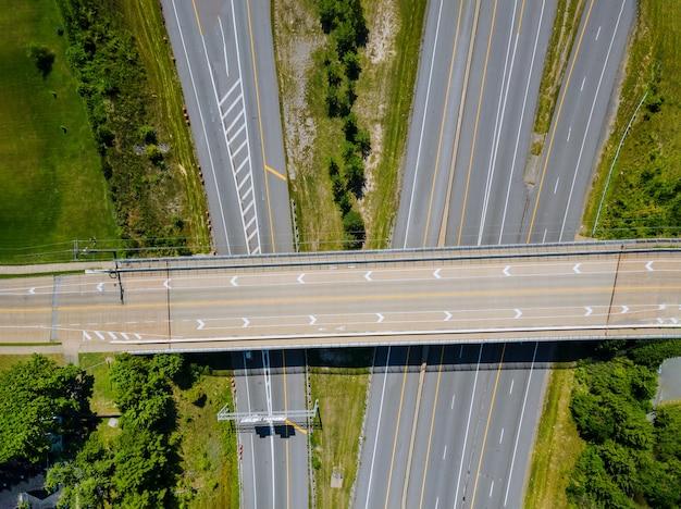 Аэрофотоснимок современного транспорта с развязкой автомагистралей, несколькими транспортными развязками кливленд, огайо, сша