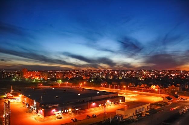 밤에 현대 도시 도시의 항공보기