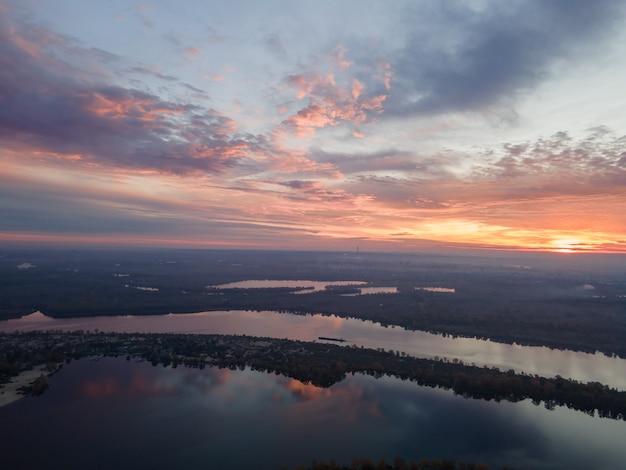 Аэрофотоснимок утреннего восхода солнца над рекой днепр