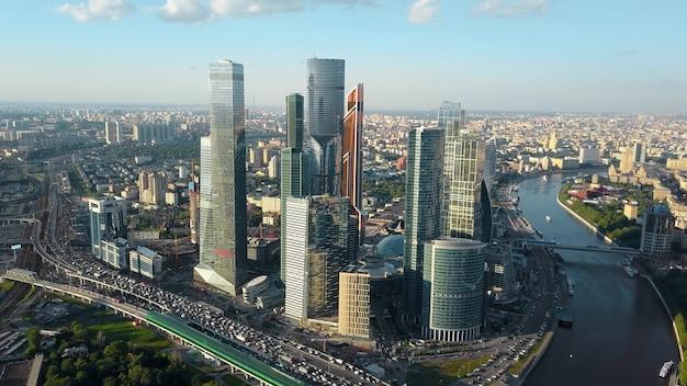 Аэрофотоснимок москвы россия городской пейзаж с движением бизнес-центра и рекой