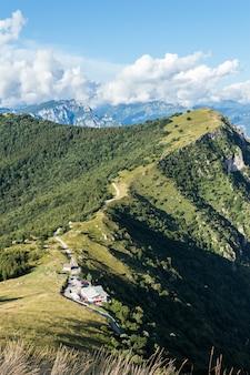 イタリア北部の山の空撮