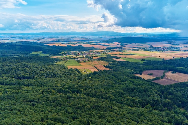 Вид с воздуха на горный пейзаж с сельскохозяйственными полями