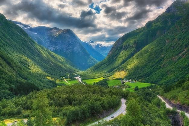 ノルウェーの中央部の山の谷の空撮。