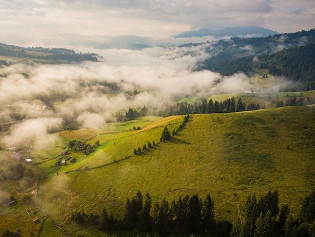 夏の日のカルパティア山脈の山の村の空撮