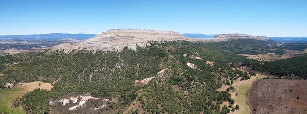 Вид с воздуха на горный пейзаж в санто-доминго-де-силос, бургос, кастилия и леон, испания.