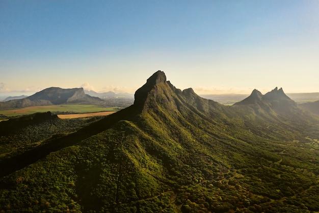 Вид с воздуха на горы и поля на острове маврикий.