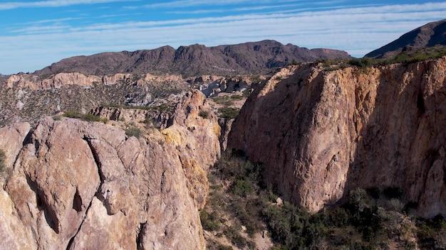 山々、砂漠地帯の崖の空撮。 4kビデオ