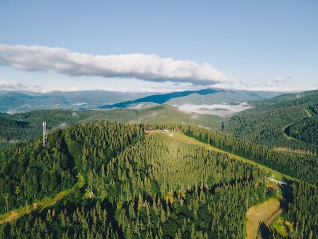 Вид с воздуха на горы сверху летом. карпатский хребет