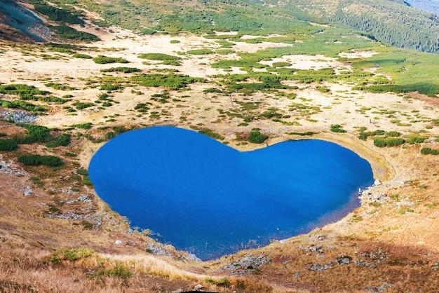 심장 모양의 푸른 물이 있는 산 호수의 공중 전망