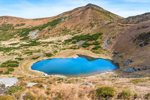 푸른 물이 있는 산 호수의 공중 보기