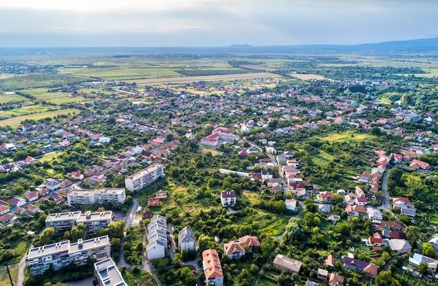 Вид с воздуха на мукачево, город в закарпатье, украина