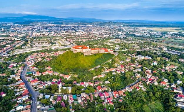 Аэрофотоснимок мукачево с замком паланок в закарпатье, украина