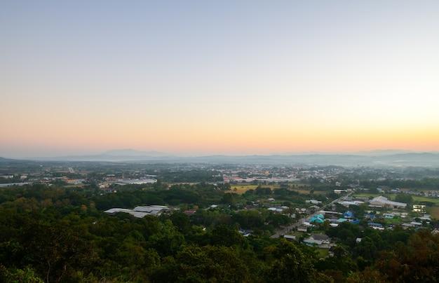 Вид с воздуха на город нан утром с солнечным светом. север таиланда