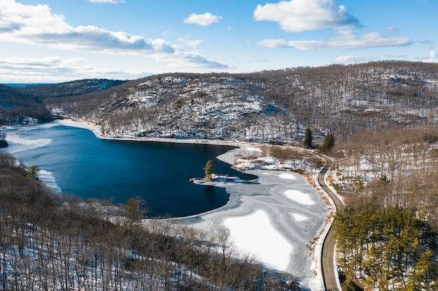 凍った湖と国立公園の空撮