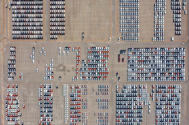 自動車工場の駐車場での新車の航空写真。