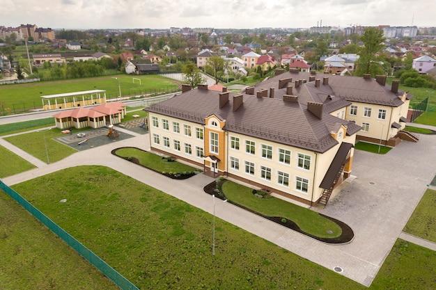 주거 농촌 지역에 새로운 prescool 건물의 공중보기.