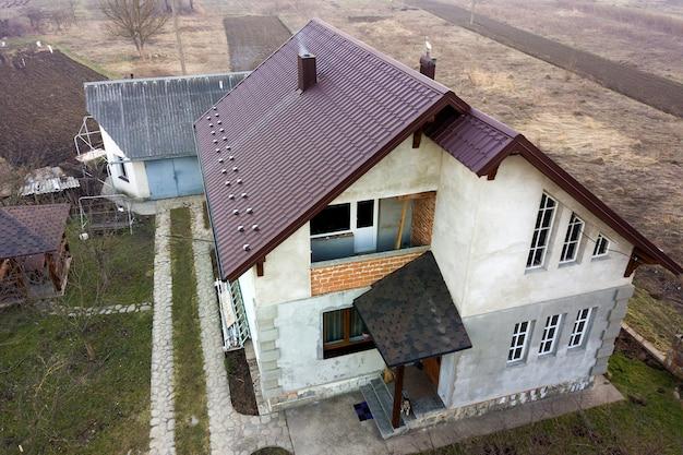 砂利屋根の新しい住宅コテージの空撮。