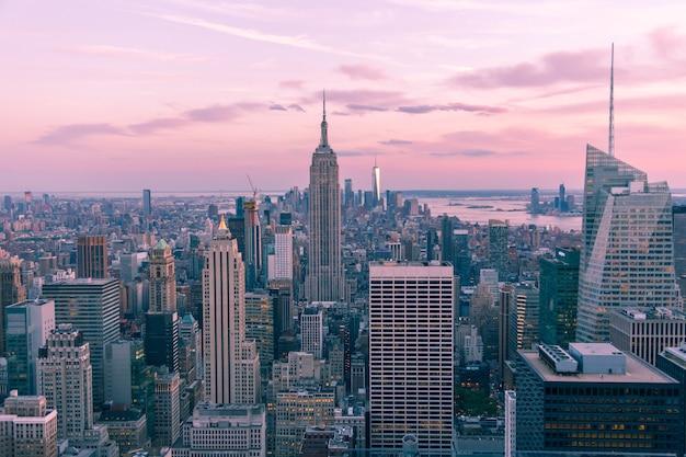 밤 맨해튼 미국 마젠타 톤에 뉴욕시의 공중보기