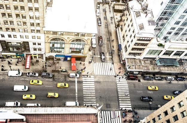 Вид с воздуха на улицу нью-йорка и классическое здание в финансовом районе манхэттена