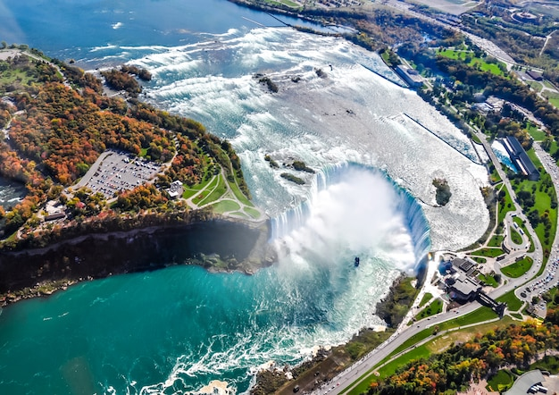 Вид с воздуха на ниагарский водопад осенью