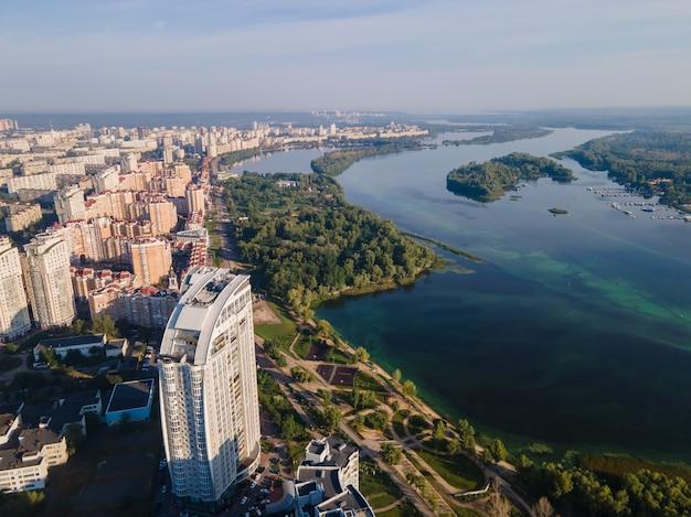 日中のキエフのオボロン堤防の空撮