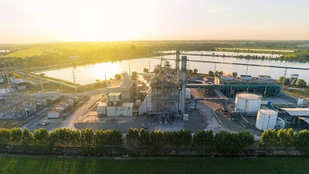 石油および石油化学製品を保管するための石油およびガス産業施設の航空写真。製油所の石油およびガス工場の電力および燃料エネルギー。エンジニアリングの概念。