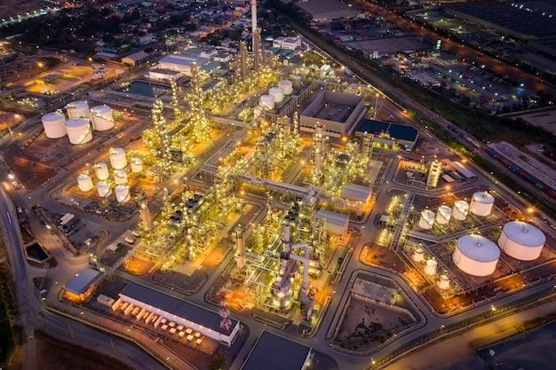 Аэрофотоснимок нефтеперерабатывающего завода нефтегазовой промышленности, выстрел с дрона нефтеперерабатывающего завода и нефтехимического завода в сумерках, бангкок, тайлан