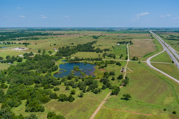 オクラホマ州クリントンの歴史的な道路66の近くの小さな池の田園地帯の空中写真風景