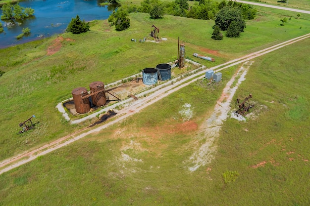 米国オクラホマ州の広く開いた草原のオイルポンプの航空写真油井ポンプジャックポンピング