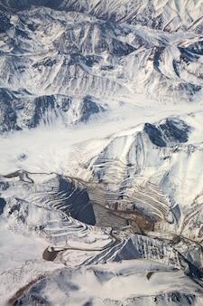 Вид с воздуха на карьер под снегом в пустыне атакама, чили