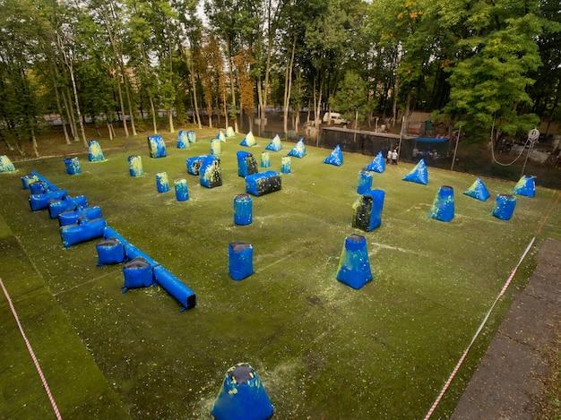 도시 공공 공원에서 페인트 볼 코트의 공중보기.