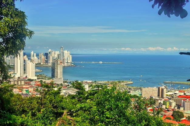 Панамский город с высоты птичьего полета с холма анкон