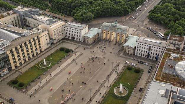 Вид с воздуха на парижскую площадь и бранденбургские ворота