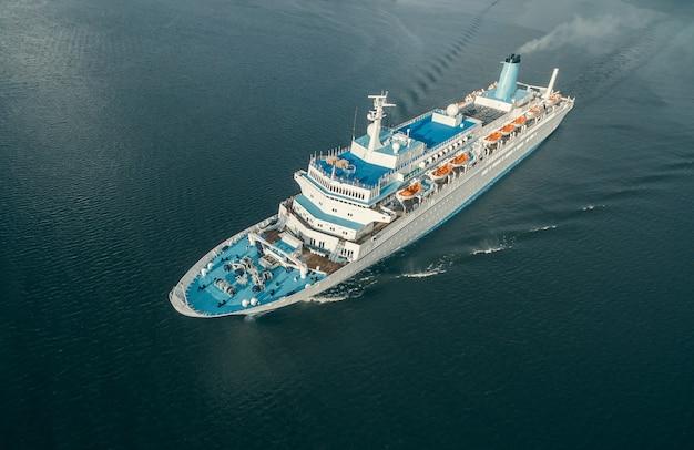 Вид с воздуха на пассажирское судно, плавающее в открытом море